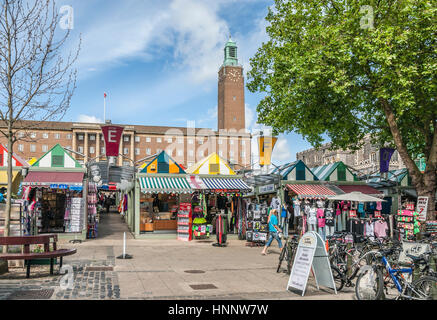 Marketstalls at the Market Square of Norwich with the City Hall in the background, Norfolk, England, UK. |   Der - Stock Photo