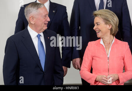 Brussels, Belgium. 15th Feb, 2017. The US defence minister Jim Mattis (r) and his German counterpart Ursula von - Stock Photo