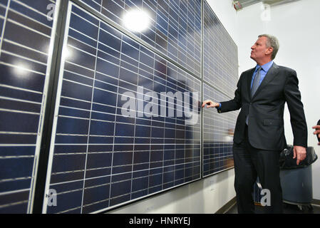 New York, USA. 15th February 2017. Mayor Bill de Blasio tours training center in New York Credit: Erik Pendzich/Alamy - Stock Photo