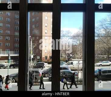 New York City, USA. 16th February, 2017. Commuters under sunny skies uptown. Temperatures are expected to rise into the low 60's this weekend. Credit: Ward Pettibone/Alamy Live News
