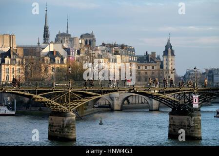 The Pont des Arts or Passerelle des Arts is a pedestrian bridge in Paris which crosses the River Seine. It links - Stock Photo