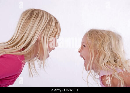 Model release, Zwei blonde Maedchen schreien sich an - two blond girls screaming each other - Stock Photo