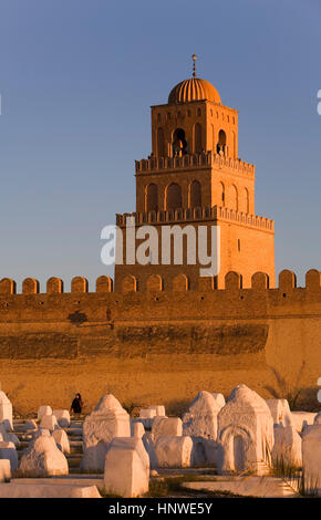 Tunez: Kairouan.Cemetery, ramparts of the medina and minaret of the Great Mosque. Mosquee founded by Sidi Uqba in - Stock Photo