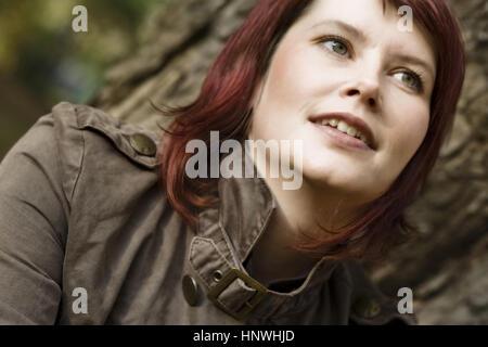 Model release, Junge, rothaarige Frau mit gruenen Augen im Portrait - young, red haired woman in portrait - Stock Photo