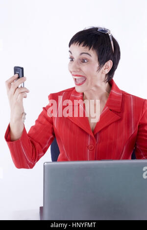 Model release , Schreiende Geschaeftsfrau mit Handy - screaming business woman with mobile phone