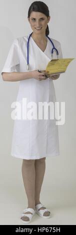 Krankenschwester mit Krankenblatt und Stethoskop (model-released) - Stock Photo