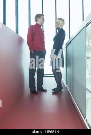 Paar bei Gespraech im Buero (model-released) - Stock Photo