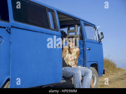 Junges Paar sitzt in einem stehenden Bus (model-released) - Stock Photo