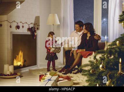 Familie an Weihnachten, kleines Maedchen mit Paeckchen (model-released) - Stock Photo
