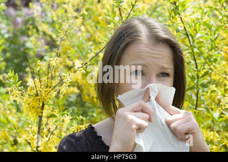 Model released, Junge Frau mit Pollenallergie im Fruehling - woman with pollen allergy - Stock Photo