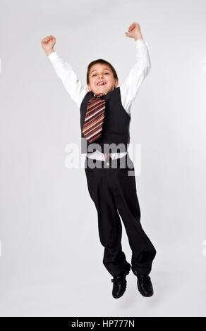 Model released, Kleiner Geschaeftsmann, 8, im Sprung - little businessman jumping - Stock Photo