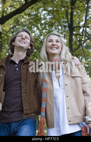 Model released, Junges Paar spaziert im herbstlichen Park - young couple walking through a park - Stock Photo
