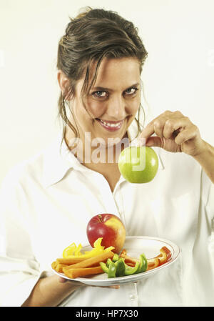 Frau mit Obst und Gemuese auf Teller (model-released) - Stock Photo