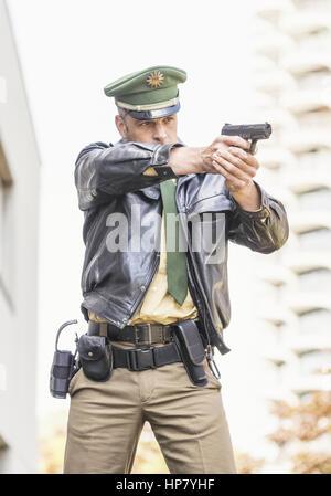 Deutscher Polizist mit Waffe (model-released) - Stock Photo