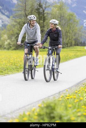Frau und Mann beim Fahrrad fahren (model-released) - Stock Photo