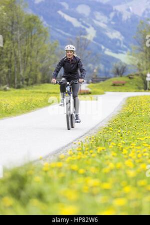 Frau beim Fahrrad fahren (model-released) - Stock Photo