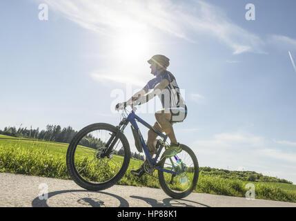 Mann faehrt auf einem Mountainbike (model-released) - Stock Photo
