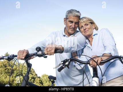 Seniorenpaar mit Fahrraedern (model-released) - Stock Photo