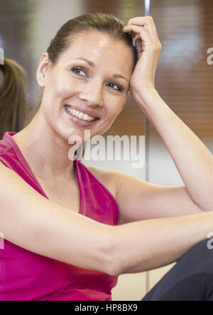 Dunkelhaarige Frau in Sportkleidung, Portraet (model-released) - Stock Photo