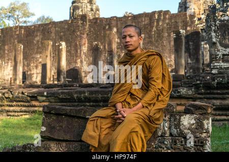 buddhistischer Mönch in der Tempelanlage Bayon, Angkor Thom, Kambodscha, Asien  | buddhist monk at the temple Bayon, - Stock Photo