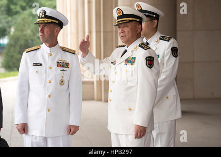 U.S. Chief of Naval Operations John Richardson (left) meets with Chinese Peoples Liberation Army Commander Wu Shengli - Stock Photo
