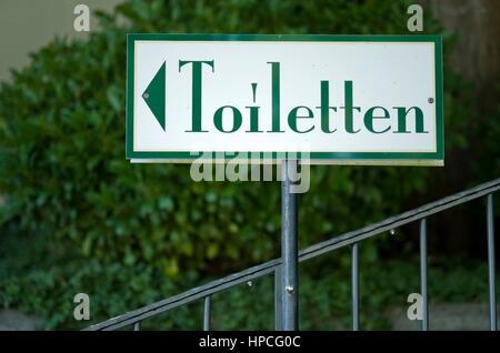 Wegweiser zu den Toiletten - direction sign to the toilets - Stock Photo