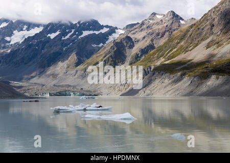 Aoraki/Mount Cook National Park, Canterbury, New Zealand. View across the icy waters of Hooker Lake, terminus of - Stock Photo