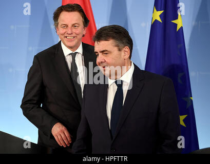Berlin, Germany. 22nd Feb, 2017. The Dutch Foreign minister Bert Koenders (L) and German Foreign minister Sigmar - Stock Photo