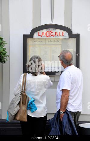 France, Pays de la Loire, Loire-Atlantique (44), Nantes, couple of people looking at La Cigale restaurant (that - Stock Photo