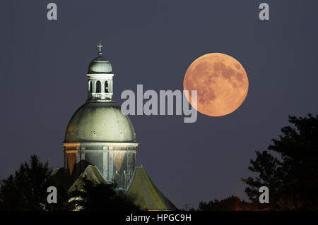 France, Seine et Marne. Provins. Super moon 2014. Biggest full moon of the year 2014. Moonrise over Saint-Quiriace - Stock Photo