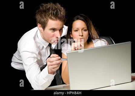 Zwei Geschaeftsleute mit Laptop - businesspeople at work, Model released - Stock Photo