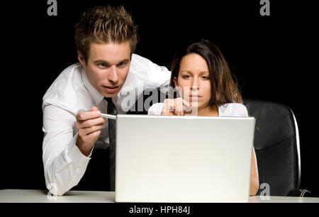 Zwei Geschaeftsleute mit Laptop - businesspeople at work, Model released - Stock Photo