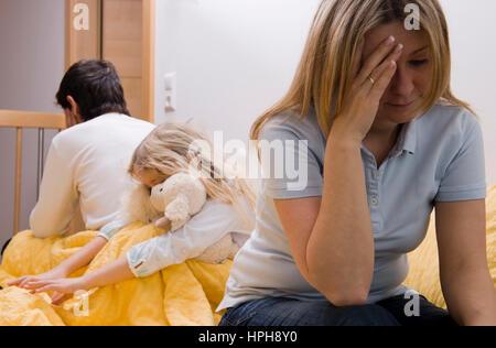 Beziehungskrise zwischen den Eltern, Tochter leidet mit - crisis in a relationship, Model released - Stock Photo
