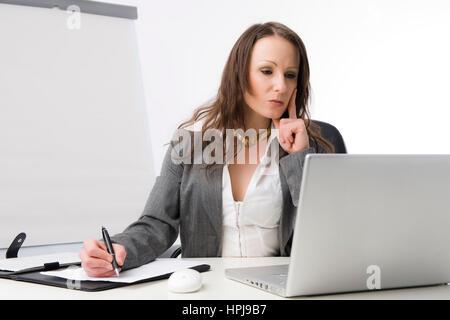 Model released , Geschaeftsfrau bei der Arbeit im Buero - business woman at office - Stock Photo