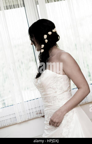 Model released , Braut steht am Fenster - bride front of the window - Stock Photo