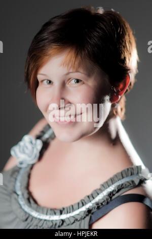 Model released , kurzhaarige, laechelnde Frau im Portrait, 25+ - smiling woman in portrait - Stock Photo