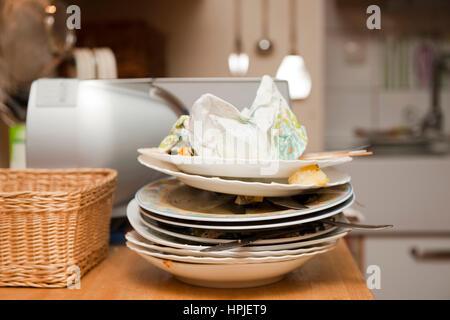 Dreckiges Geschirr in der Kueche - dirty dishes in kitchen - Stock Photo