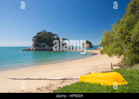 Kaiteriteri, Tasman, New Zealand. View along the sandy beach at Little Kaiteriteri, Torlesse Rock visible in background. - Stock Photo