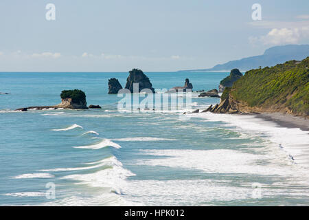 Greymouth, West Coast, New Zealand. View northwards along the rugged Tasman Sea coast near Greigs to Twelve Mile - Stock Photo
