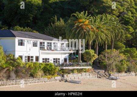 Te Mahia, Marlborough, New Zealand. View across beach at low tide to the exclusive Te Mahia Bay Resort, Kenepuru - Stock Photo