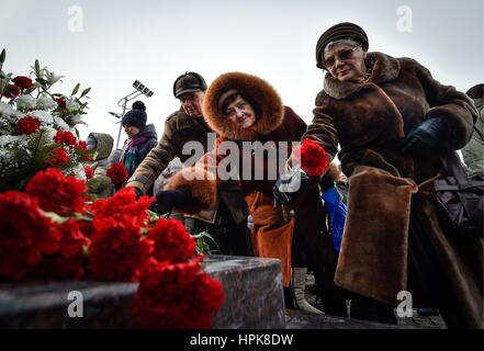 Vladivostok, Russia. 23rd Feb, 2017. People lay flowers at the Eternal Flame at the Combat Glory of the Pacific - Stock Photo
