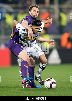 Florence, Italy. 23rd Feb, 2017. Moenchengladbach's Mahmoud Dahoud and Fiorentina's Milan Badelj (L) vie for the - Stock Photo