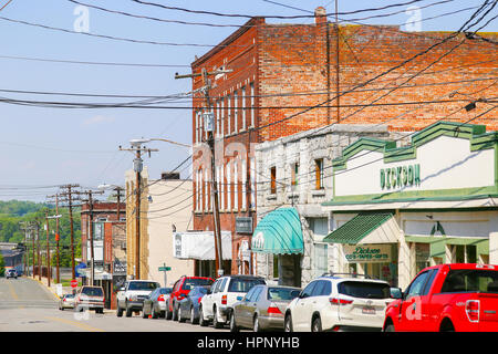 Mount Airy, NC, USA - May 5, 2015: Franklin Street in downtown Mount Airy with a gift shop and cars parked by the - Stock Photo