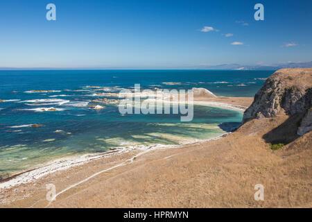 Kaikoura, Canterbury, New Zealand. Clifftop view over Whalers Bay from the Kaikoura Peninsula Walkway. - Stock Photo