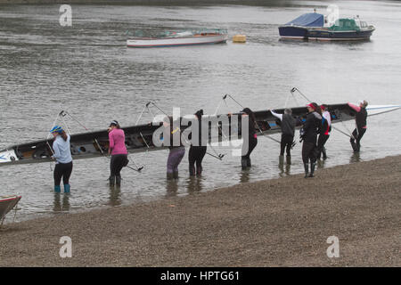 Putney London, UK. 25th Feb, 2017. Rowers representing various rowing clubs, schools and colleges practice on The - Stock Photo