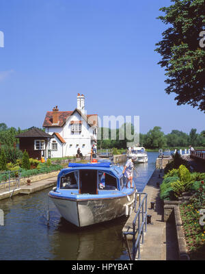 Canal boat on The Goring Lock, Goring-on-Thames, Oxfordshire, England, United Kingdom - Stock Photo