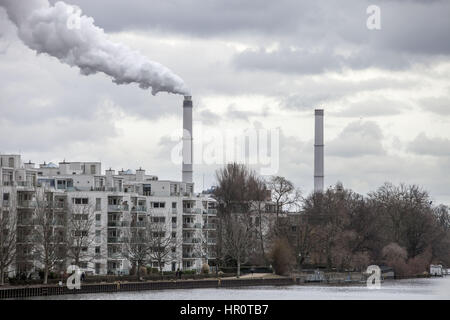 Berlin, Germany. 25th Feb, 2017. Smoke rises from a chimney at Berlin's Klingenberg Power Plant, February 25, 2017. - Stock Photo