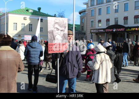 Moscow, Russia. 26th Feb, 2017. A man carries a sign with a photo of Boris Nemtsov reading 'Er kaempfte fuer unsere - Stock Photo