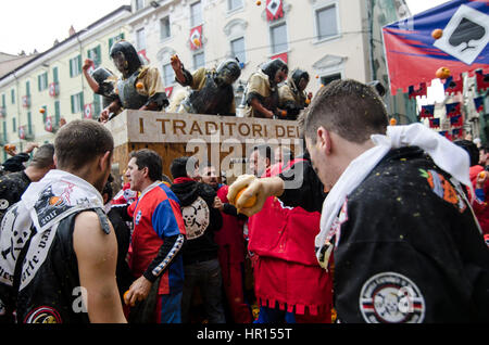 Ivrea, Piedmont, Italy. 26th Feb, 2017. Ivrea, Italy-February 26, 2017: The traditional battle of the oranges during - Stock Photo