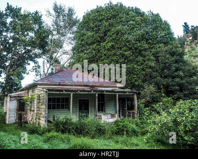 Abandoned house, Makino Valley, New Zealand. Home of 1920s pioneer settler a farm hewed out of hill country forests, - Stock Photo